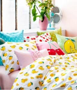 Roupa de cama estampada combina com o quarto das meninas.
