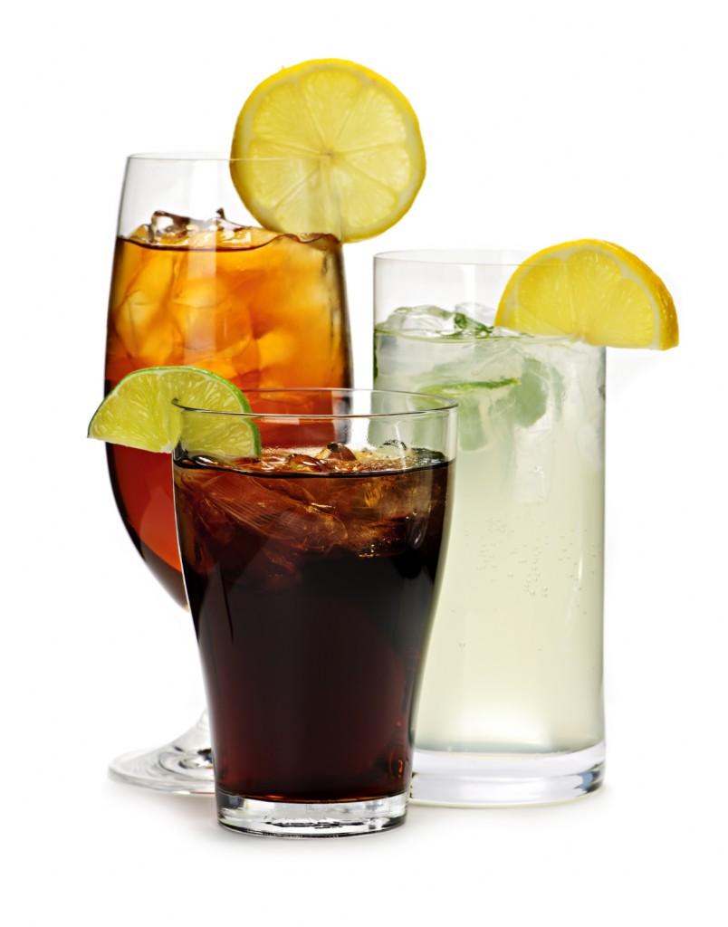 O refrigerante faz mal a saúde e pode gerar a obesidade quando tomado em excesso.