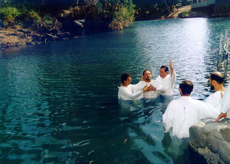 Batismo realizado no Rio Jordão