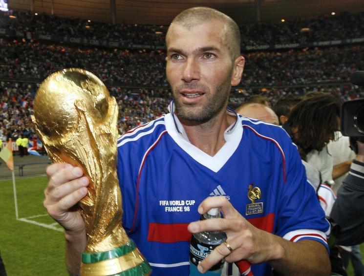 Zinédine Zidane segurando a taça da Copa de 98 (foto: reprodução)