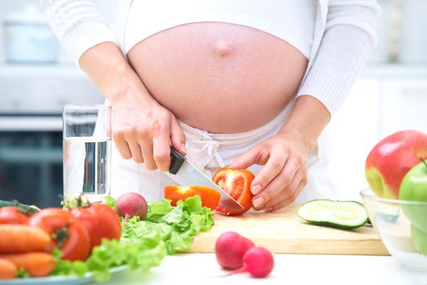 A alimentação durante a gravidez é um dos pontos essenciais para a formação do feto no primeiro trimestre