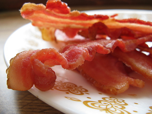 O bacon é uma área do corpo de um porco muito saborosa que pode ser utilizada em várias receitas