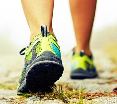 As caminhadas combinadas com uma dieta saudável e bons hábitos, podem fazer uma grande diferença na balança