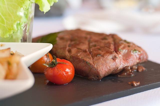 A carne vermelha pode transmitir problemas cardíacos.