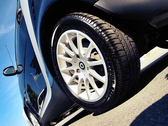 Trocar a roda de um carro requer força.