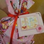 O cartão para anexar em presente para bebê deve conter uma mensagem de boas vindas ao bebê e de felicitações aos país do mesmo.