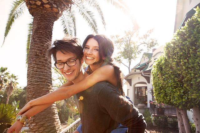 Casal jovem se divertindo juntos.