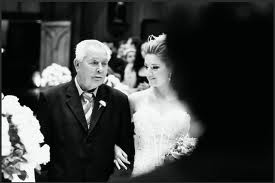 Entrada triunfal da noiva, e a mesma pode estar acompanhada com seus pais, ou apenas na companhia do pai ou a mesma pode entrar sozinha se preferir;