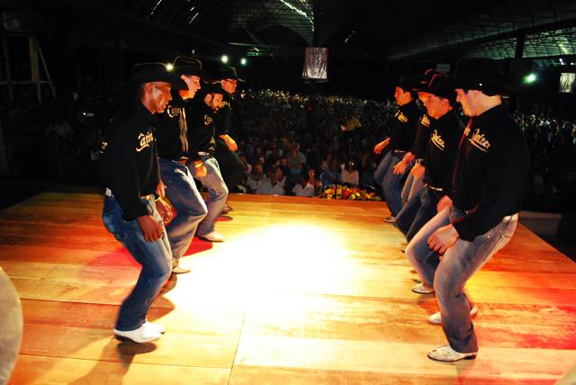 A catira é uma dança popular brasileira muito conhecida em todo o país