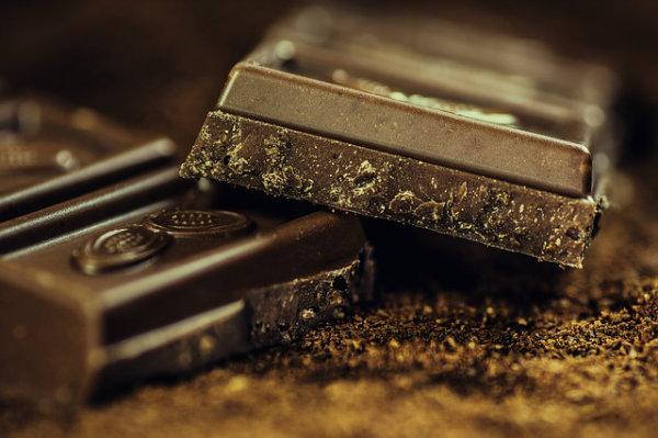 O chocolate ajuda a liberar os hormônios da alegria.