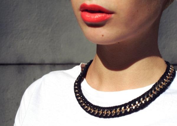 Colar chamativo (Foto: Reprodução) FONTE: http://fabricandomoda.blogspot.com.br/2013/01/colares-pingentes-maxi-colares.html