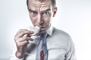 Homem comendo