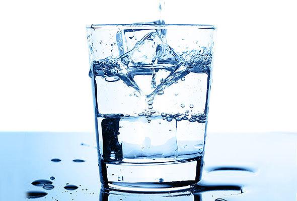 Um copo com gelo explica muito bem a densidade da água e devido a isso, entendemos porque o mesmo flutua sobre a água