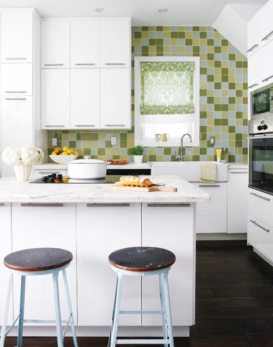 Uma cozinha onde haja móveis dependurados é a melhor saída