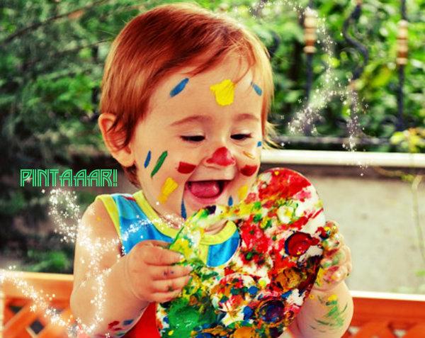 Uma criança com tinta.