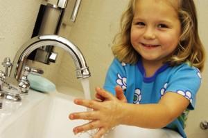 Hábitos saudáveis como lavar as mãos, uma prática aprendida quando ainda criança