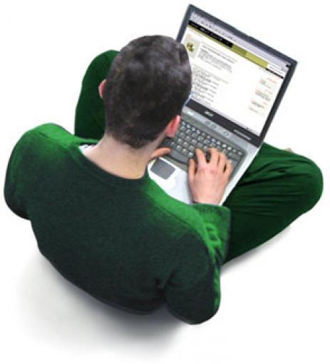 Homem estudando somente com o auxílio da internet.