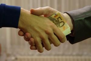 Dinheiro na mão de homens
