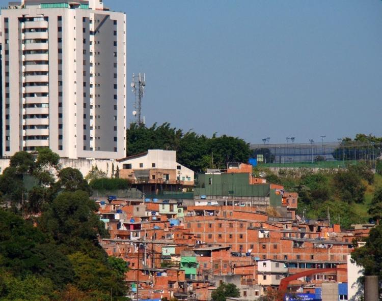 Desigualdade visível nas diferentes moradias lado a lado
