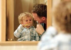 bebê escovando dentes