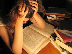 Menina tentando se concentrar nos estudos.