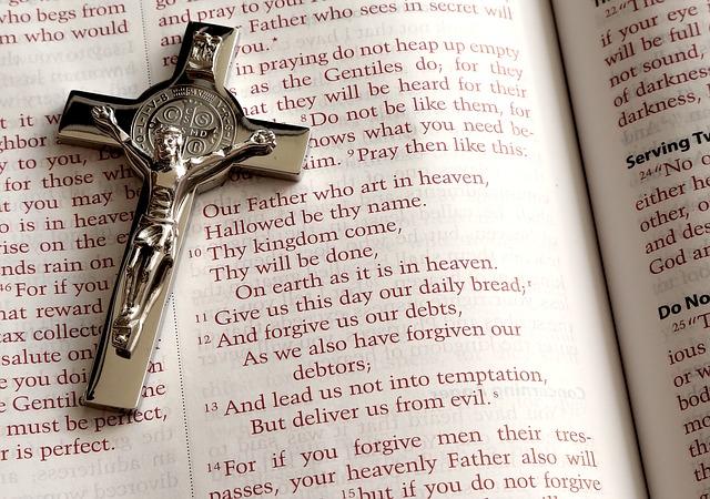 A bíblia é um livro sagrado para os cristãos.