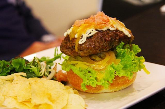 Sempre opte por lanches mais saudáveis e evite os fast-foods.