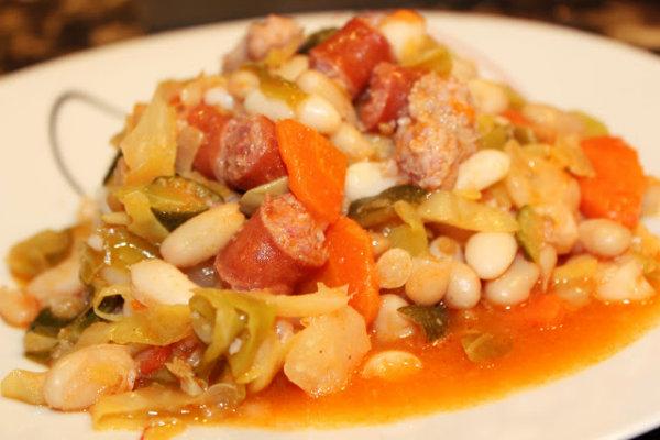 A feijoada portuguesa é feita com feijão branco.