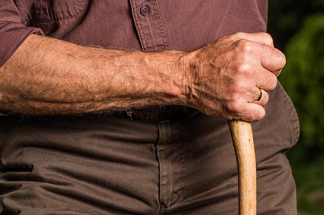 Os idosos frequentemente são os que mais sofrem com a doença.
