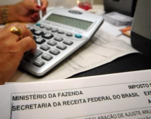O imposto de renda é uma taxa imposta pelo governo, cada pessoa ou empresa deve dedicar uma porcentagem de salario anual ao Governo Federal.