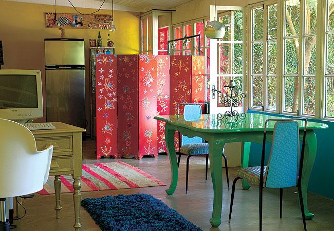 decoracao para sala de kitnet:Cozinhas coloridas dão um ar sofisticado ao ambiente