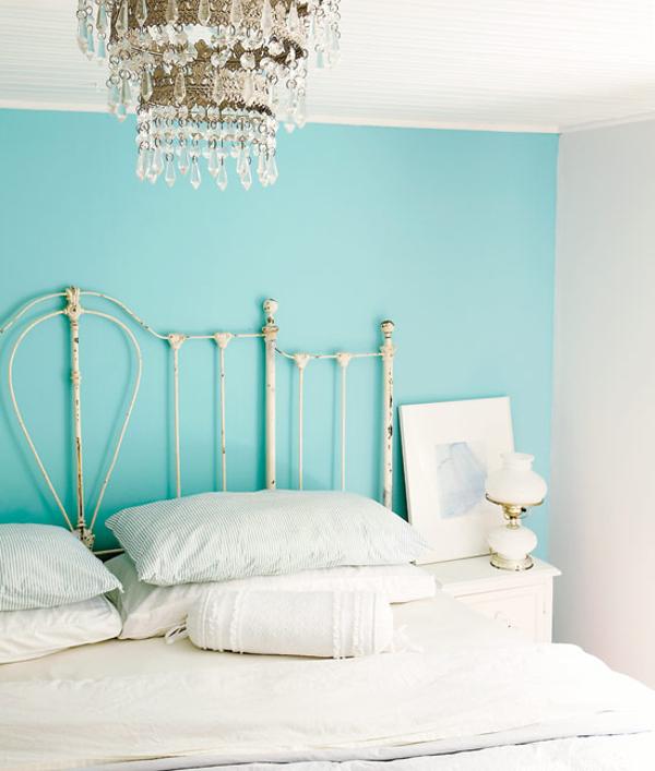 Quando a parede de seu quarto possuir um tom mais forte, opte por cores neutras como o cobre ou dourado seco no lustre