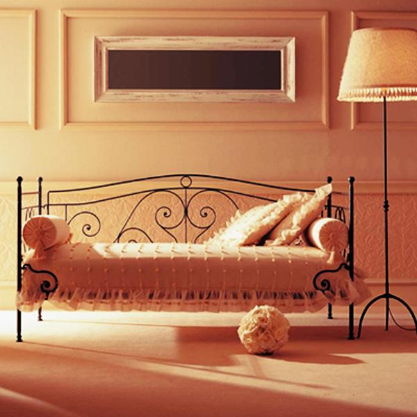 Sofá com designer antigo.