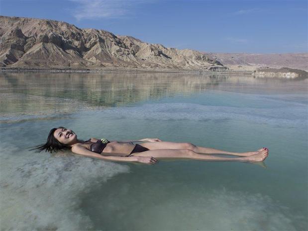 Turista flutuando no Mar Morto