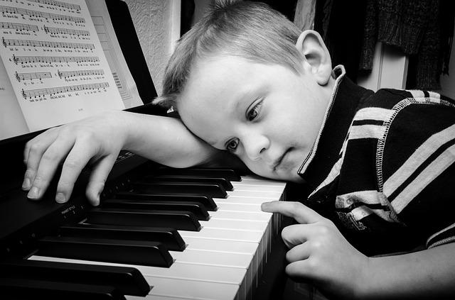 A dislexia acaba por trazer tristeza a criança que não consegue aprender.