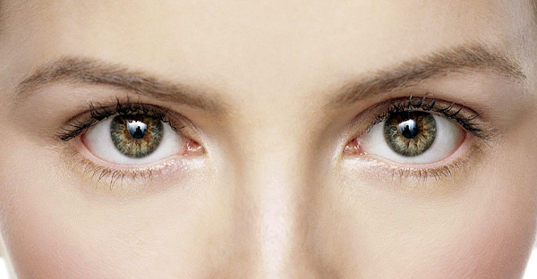 Mulher de olhos verdes/castanhos.