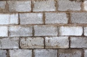 Parede totalmente feita em blocos de concreto.