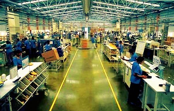 O auxiliar é um trabalhador na área de produção de uma indústria, responsável por auxiliar os operadores