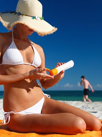 A melhor maneira de se proteger contra os raios ultravioletas, ainda é o uso do protetor solar