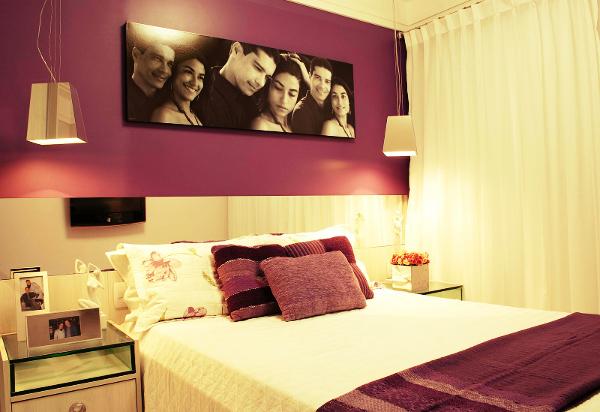 Já para os quartos de casal, utilize o auxílio de muita iluminação e araras para dependurar roupas