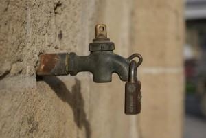 Escassez de água resulta em possível rodízio.