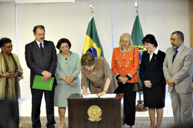 Presidente Dilma sancionando o sistema de cotas para alunos de escolas públicas