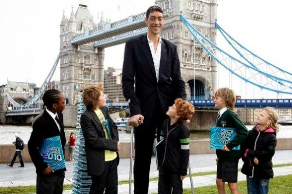 Quando perto de crianças, ele se torna um verdadeiro gigante.