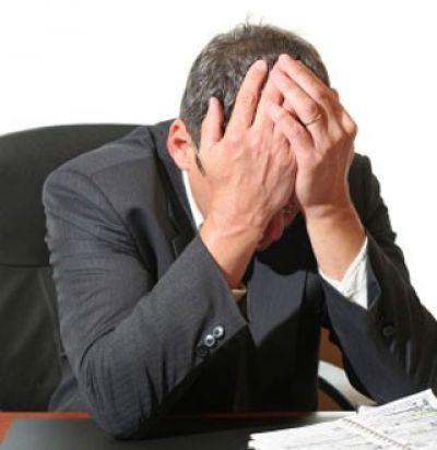 Homem sentindo os efeitos da tensão nervosa.