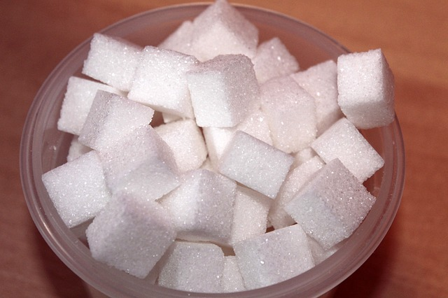 Pequenos torrões de açúcar.