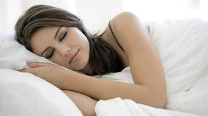 Dormir com travesseiro alto aumenta as chances de gerar incomodos como dores no pescoço e cabeça. (Foto:Reprodução) Créditos de imagem: http://imoveis.culturamix.com/