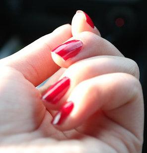 Manter as unhas esmaltadas ajuda a evitar a mania.