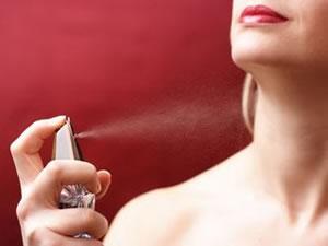 mulher usando perfume