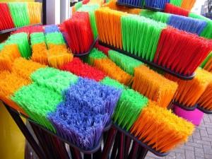 Varrer é uma atividade simples de limpeza.