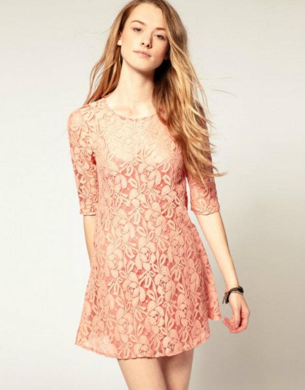 Vestido rosa claro.